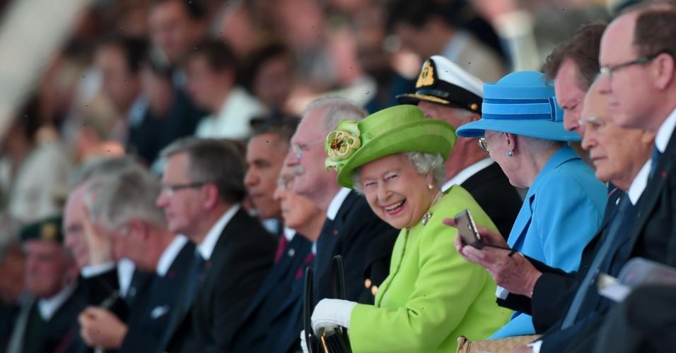 6.jun.2014 - Rainha Elizabeth 2ª (c) sorri, ao lado da rainha Margrethe da Dinamarca, durante a cerimônia de comemoração do Dia D