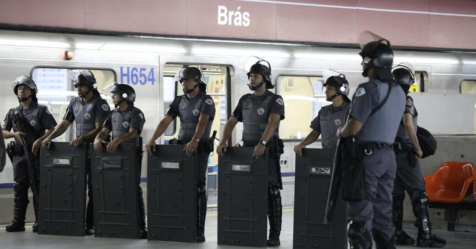 6.jun.2014 - Tropa de Choque da Polícia Militar reforça a segurança na estação Brás da linha 3-vermelha do metrô durante paralisação dos metroviários em São Paulo, nesta sexta-feira