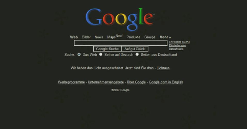 Ao digitar a frase 'Google black' e apertar no botão 'Estou com sorte', a página inverte suas cortes. O recurso, no entanto, não funciona mais porque o buscador agora realiza a pesquisa automaticamente quando o usuário começa a digitar