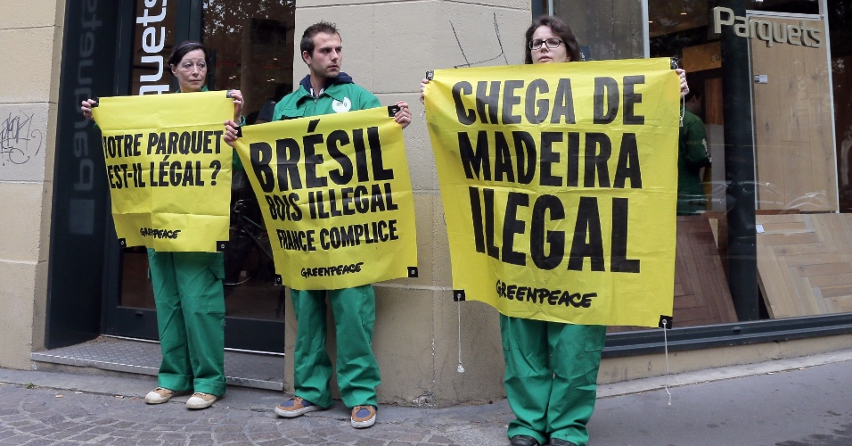 7.jun.2014 - Ativistas do Greenpeace fazem ato em frente à loja de decoração de interiores