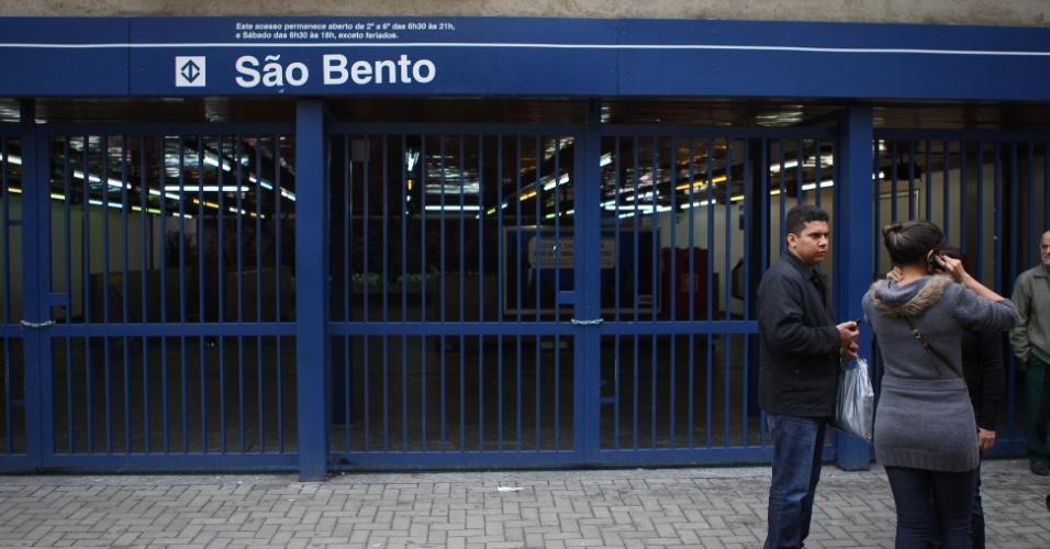 7.jun.2014 - Entrada da estação São Bento, da linha 1-Azul, no centro de São Paulo, fica fechada no terceiro dia da paralisação dos metroviários de São Paulo