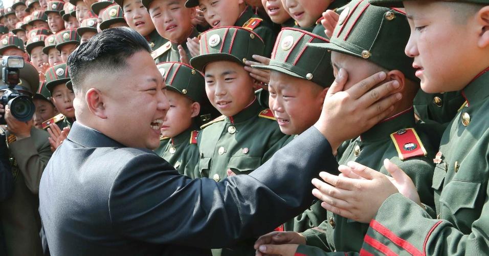 7.jun.2014 - O líder norte-coreano Kim Jong-un visita a Escola Revolucionária Mangyongdae para comemorar o 68º aniversário de fundação da KCU (União das Crianças Coreanas), em Pyongyang