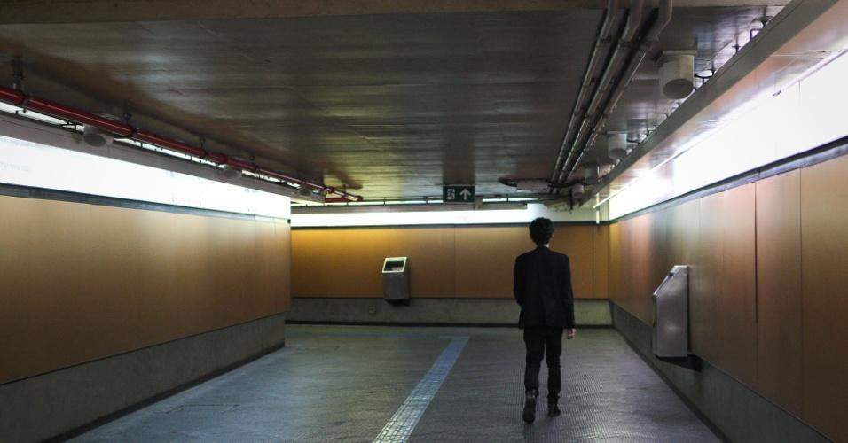 7.jun.2014 - Passageiro caminha sozinho em corredor na estação Paraíso, na linha linha 1-Azul, na zona sul de São Paulo, na manhã deste sábado (7). A greve dos metroviários chega hoje ao terceiro dia. Nessa sexta (6), os metroviários decidiram em assembleia na sede do Sindicato dos Metroviários, manter a greve