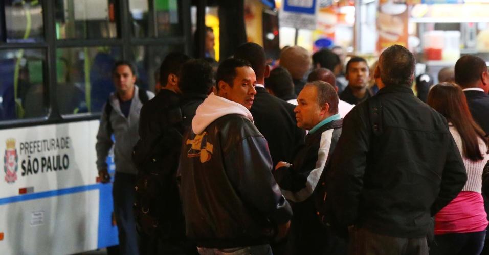 7.jun.2014 - Passageiros esperam na fila para embarcar em ônibus na estação Ana Rosa, da linha 1-Azul, na zona sul de São Paulo, na manhã deste sábado (7). A greve dos metroviários chega hoje ao terceiro dia. Nessa sexta (6), os metroviários decidiram em assembleia na sede do Sindicato dos Metroviários, manter a greve