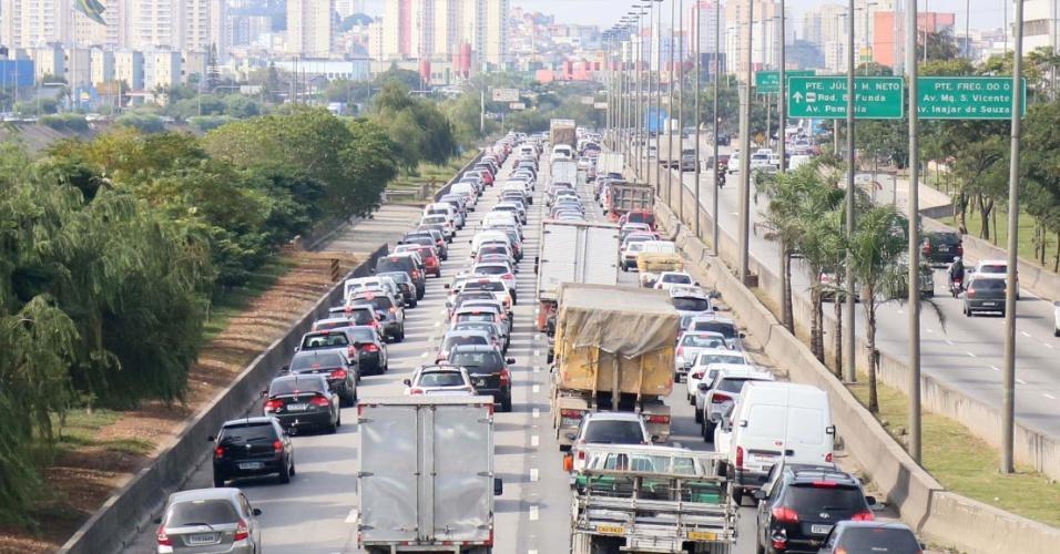 7.jun.2014 - Trânsito é intenso na marginal Tietê, na altura da ponte do Piqueri, sentido Castello Branco, em São Paulo neste sábado (7). Com a greve do metrô de São Paulo em seu terceiro dia, os congestionamentos ficaram muito acima da média para um sábado. Às 12h50, havia 88 km de lentidão nas ruas da cidade