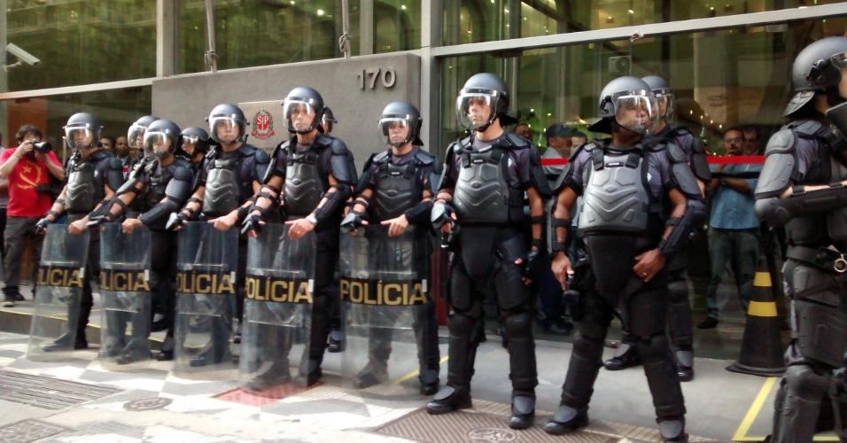 9.jun.2014 - A polícia reforçou a segurança na sede da Secretaria dos Transportes Metropolitanos, na região central de São Paulo, na manhã desta segunda-feira