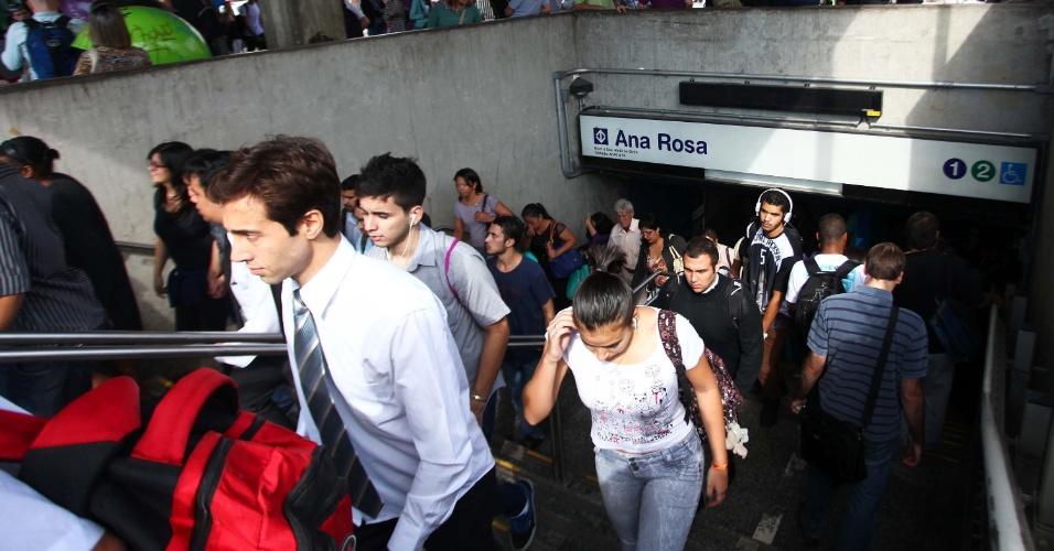 9.jun.2014 - Após manhã de confusão com confronto entre manifestantes e policiais, a estação Ana Rosa do metrô volta a funcionar nesta segunda-feira.