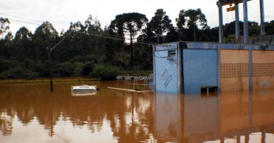 9.jun.2014 - As enchentes que ocorreram no Paraná no fim de semana também comprometeram o sistema de água em dezenas de cidades. Na estação de captação de Cascavel, que ficou submersa, funcionários trabalham para que o sistema volte a funcionar normalmente