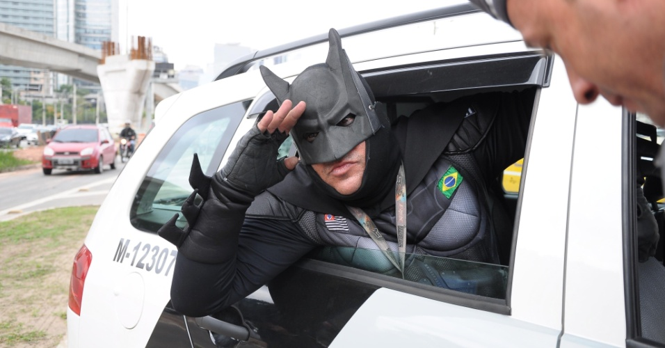 9.jun.2014 - Ativista vestido de Batman, do movimento Loucos Pela Paz 28ffd1e4b3