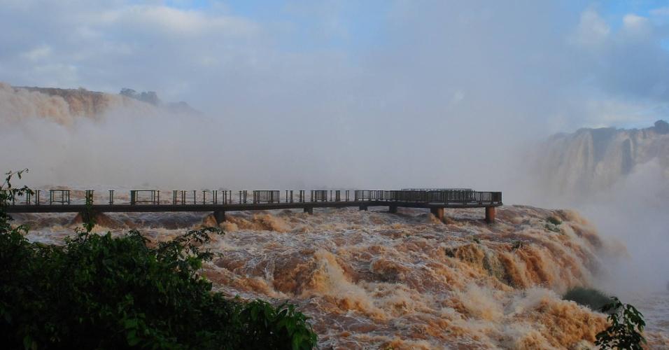 9.jun.2014 - Em 12 horas, o volume d'água nas Cataratas do Iguaçu subiu de 4,1 para 14,4 milhões de litros por segundo, um nível dez vez maior do que o habitual. O Parque Nacional do Iguaçu está aberto para visitação, apenas a passarela e o elevador estão bloqueados