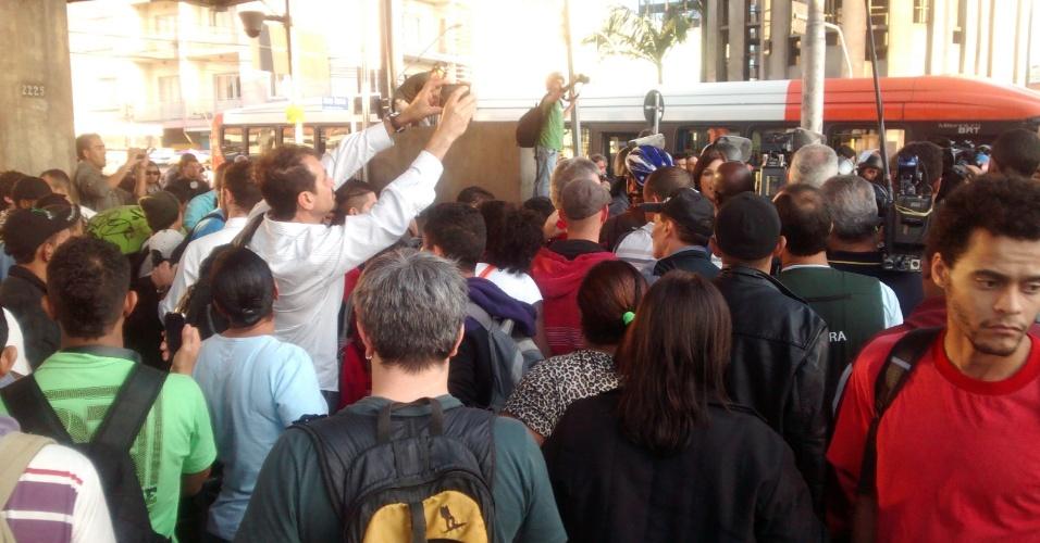 9.jun.2014 - Entrada da estação Ana Rosa, da linha 1-azul do metrô, é obstruída após grevistas entrarem em confronto com a Tropa de Choque na rua Vergueiro, na zona sul de São Paulo