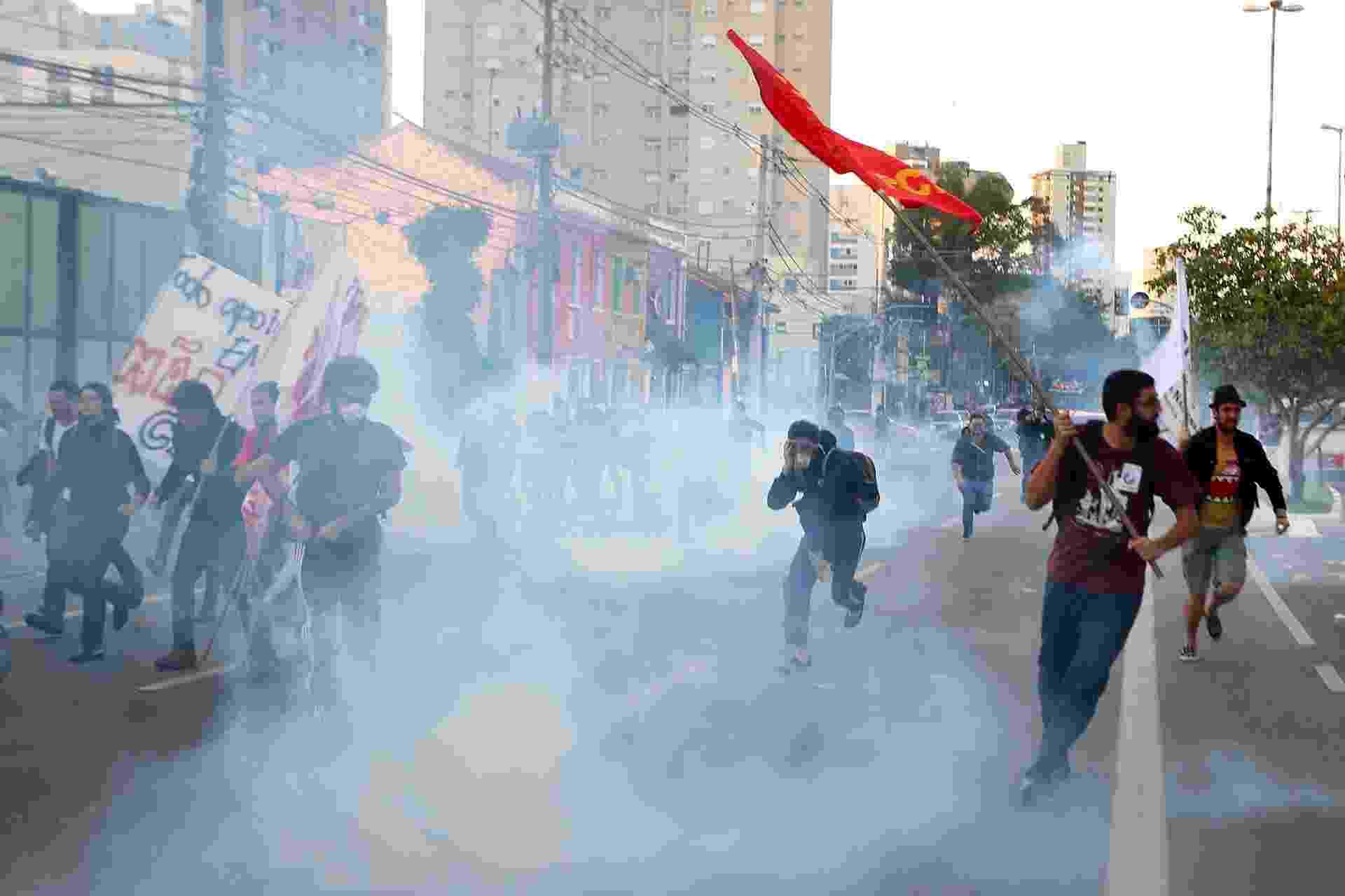 9.jun.2014 - Grevistas correm após a Tropa de Choque lançar bombas de gás lacrimogêneo durante protesto em frente a estação Ana Rosa, da linha 1-azul do metrô, durante a paralisação dos metroviários em São Paulo. Os metroviários votaram pela continuidade da greve após assembleia. Eles reivindicam reajuste salarial de 35,47%, mas chegaram a reduzir a exigência para 12,2%, índice que inclui a reposição da inflação de 7,98%, apurada pelo IGP-M da FGV, e aumento real - Marcos Bezerra/ Estadão Conteúdo