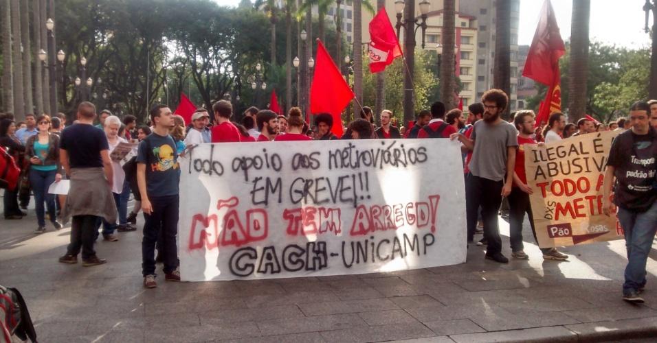 9.jun.2014 - Grupo de estudantes da Unicamp (Universidade Estadual de Campinas) demonstra apoio à greve dos metroviários de São Paulo durante protesto na Praça da Sé, centro de São Paulo, na manhã desta segunda-feira