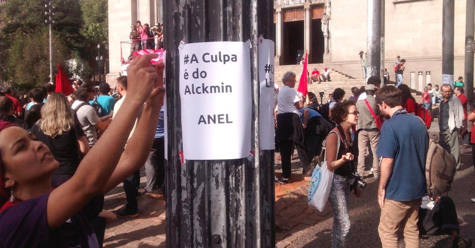9.jun.2014 - Manifestante cola cartaz com crítica ao governador de São Paulo Geraldo Alckmin em frente à Catedral da Sé, na Praça da Sé, onde manifestantes se concentram em protesto de apoio aos metroviários, na manhã desta segunda-feira