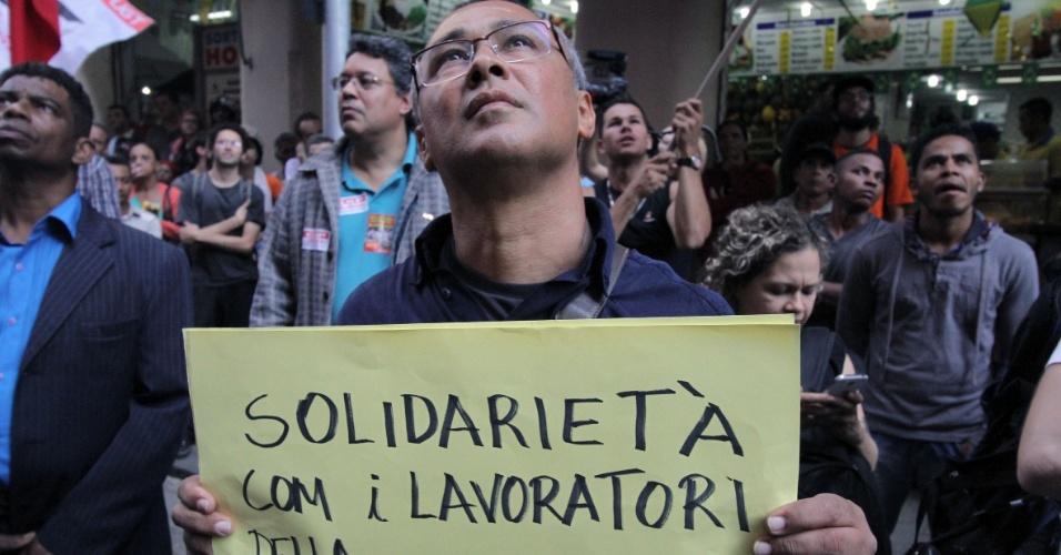 9.jun.2014 - Manifestante segura cartaz em italiano onde se lê: