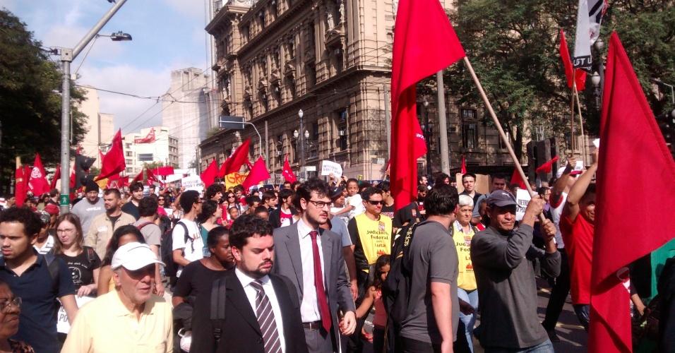 9.jun.2014 - Manifestantes demonstram apoio aos metroviários de São Paulo durante protesto que passou pela praça Clovis Bevilaqua, no centro de São Paulo, na manhã desta segunda-feira