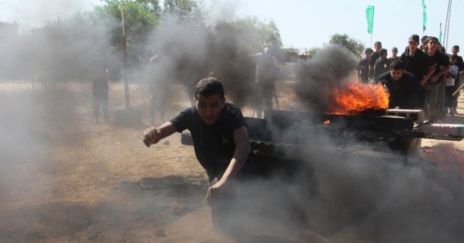 9.jun.2014 - Meninos palestinos participam de um treinamento militar  durante um acampamento 1f20e97421