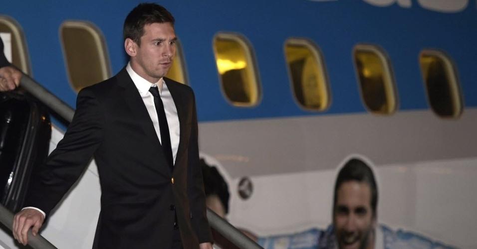9.jun.2014 - O jogador da seleção argentina de futebol Lionel Messi desembraca no Aeroporto Internacional Tancredo Neves, em Confins, na região metropolitana de Belo Horizonte, na noite desta segunda-feira (9)