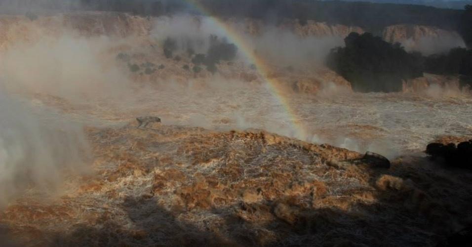 9.jun.2014 - O Parque Nacional do Iguaçu registrou nesta segunda-feira (9) a maior vazão d?água das Cataratas do Iguaçu, com volume d? água de 46 milhões de litros por segundo. A marca superou a vazão registrada no ano de 1983, quando o atrativo atingiu 35 milhões de litros