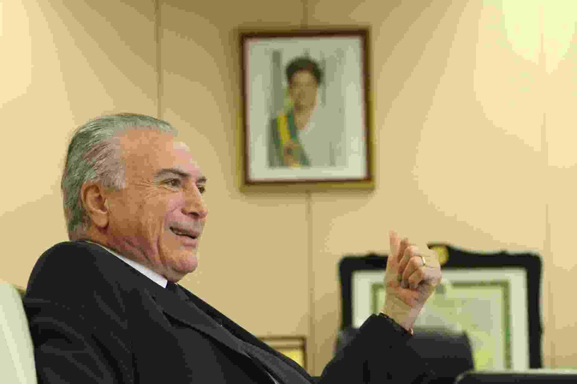 9.jun.2014 - O vice-presidente da República Michel Temer (PMDB-SP) concede entrevista ao blogueiro do UOL Josias de Souza - Kleyton Amorim/UOL