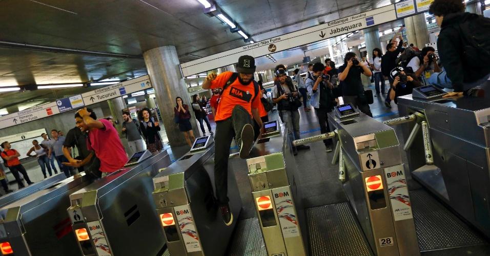 9.jun.2014 - Passageiro pula a catraca na estação Sé do metrô no quinto dia consecutivo de greve dos metroviários