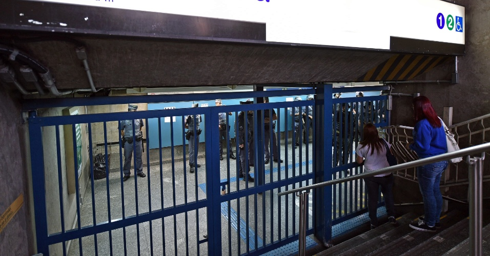 9.jun.2014 - Policiais fazem a vigilância da entrada da estação Ana Rosa da linha 1-azul do metrô, que amanheceu fechada na manhã desta segunda-feira