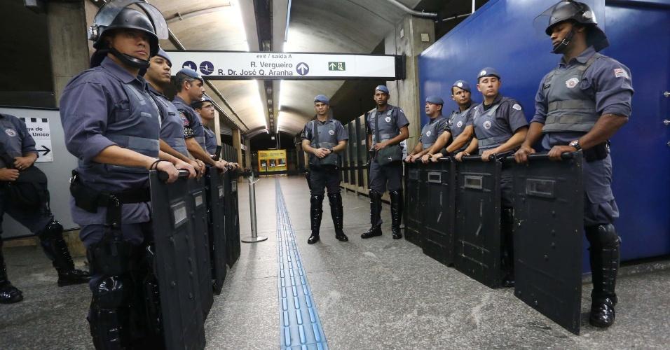 9.jun.2014 - Policiais reforçam a segurança na entrada da estação Ana Rosa da linha 1-azul do metrô, na manhã desta segunda-feira