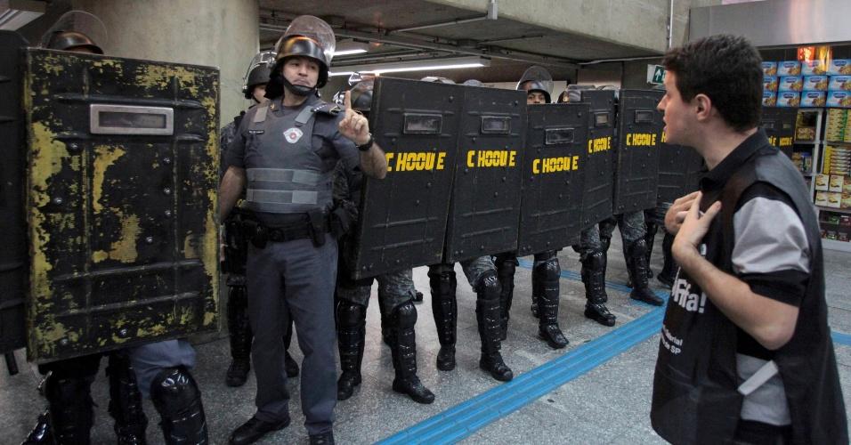 9.jun.2014 - Policial gesticula para funcionário em greve na estação Ana Rosa da linha 1-azul do metrô na manhã desta segunda-feira, o quinto dia consecutivo de greve dos metroviários