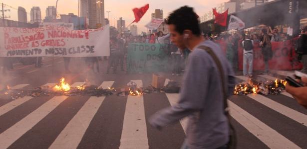 Protesto fechou com barricadas rua ao lado da estação Ana Rosa da linha 1-azul do metrô - Marcos Alves / Agência O Globo
