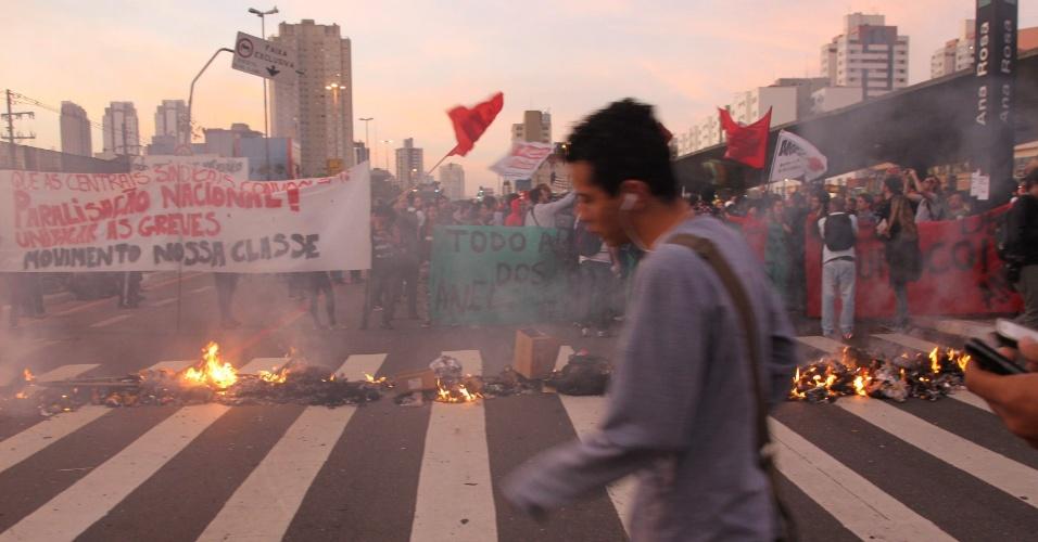 9.jun.2014 - Protesto fecha rua ao lado da estação Ana Rosa da linha 1-azul do metrô na manhã desta segunda-feira