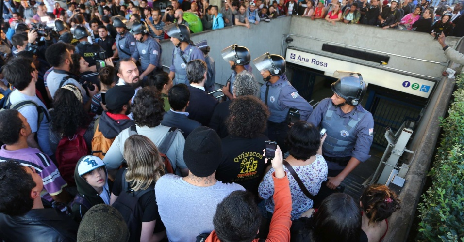 9.jun.2014 - Segurança é reforçada na entrada da estação Ana Rosa da linha 1-azul do metrô na manhã desta segunda-feira