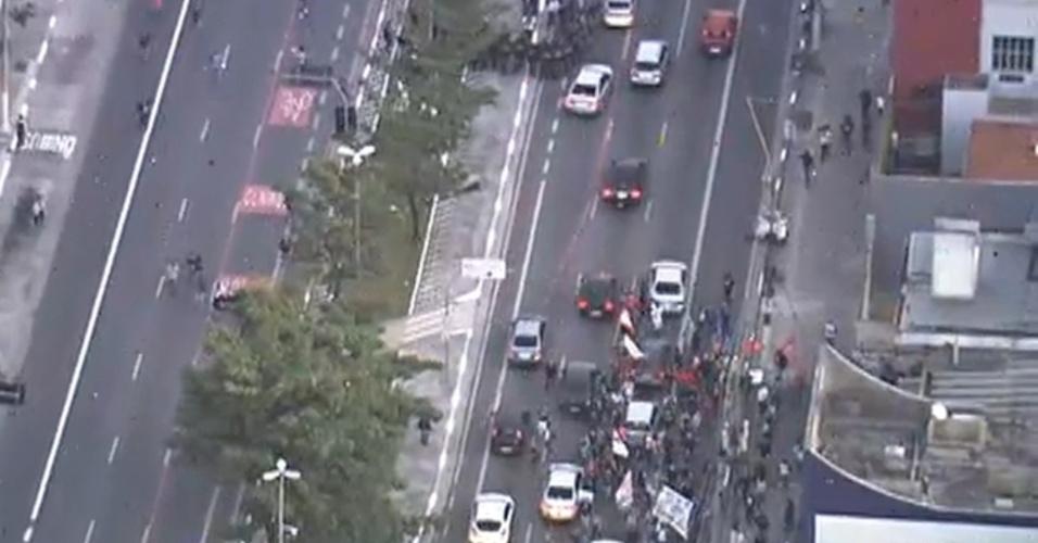 9.jun.2014 - Tropa de Choque avança contra grevistas na rua Vergueiro, na zona sul de São Paulo, em frente a estação Ana Rosa da linha 1-azul do metrô