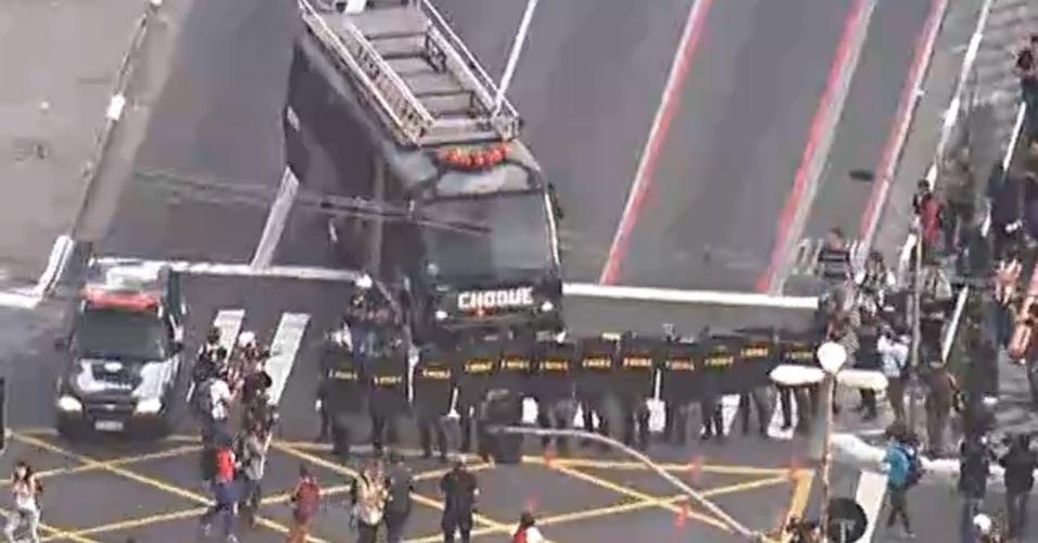 9.jun.2014 - Tropa de Choque fecha a rua Vergueiro, na zona sul de São Paulo, em frente a estação Ana Rosa da linha 1-azul do metrô, após confronto com grevistas