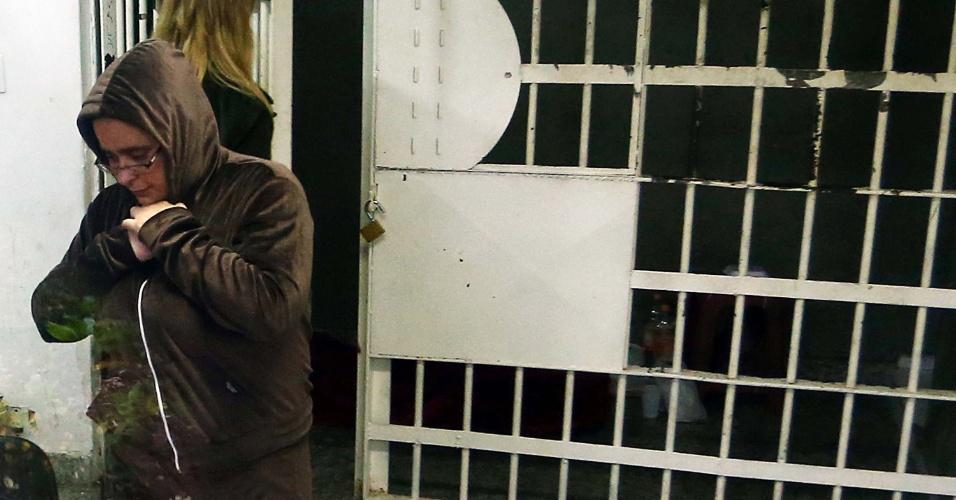 10.jun.2014 - A advogada Ieda Cristina Martin, mulher do publicitário preso pela morte do zelador Jezi Lopes em 30 de maio, deixa o 13° DP na Casa Verde, Zona Norte de São Paulo, SP, para o 89° DP do Morumbi. Ela foi a uma delegacia depor sobre o caso, mas acabou presa por ordem da Justiça do Rio de Janeiro pela morte, em 2005, do marido dela à época, o empresário José Jair Farias