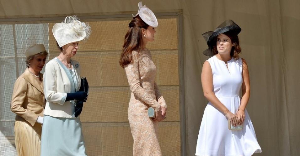 10.jun.2014 - A duquesa de Cambridge, Kate Middleton (centro), participa de festa no jardim do Palácio de Buckingham, em Londres, nesta terça-feira (10)