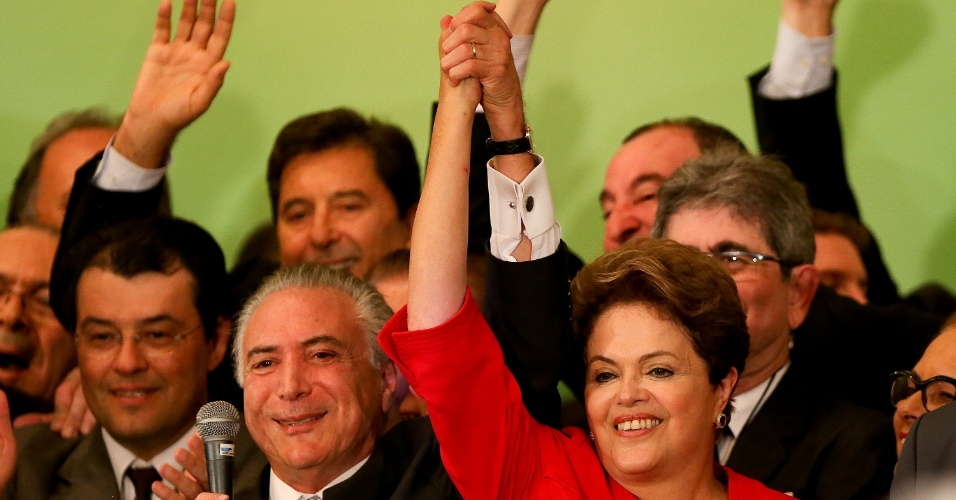 10.jun.2014 - A presidente Dilma Rousseff (PT-RS) segura mão do vice-presidente Michel Temer (MPDB-SP) durante convenção nacional do PMDB, no auditório Petrônio Portela, no Senado, nesta terça-feira (10). O PMDB decidiu na ocasião manter a aliança com o PT firmada em 2010 e o apoio à presidente Dilma Rousseff à reeleição nas eleições de outubro