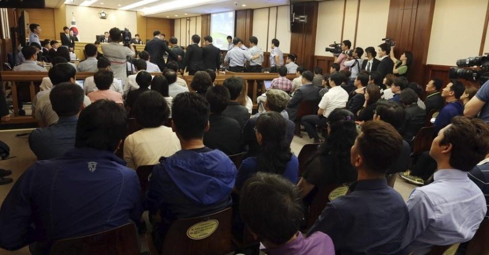 10.jun.2014 - Espectadores acompanham o julgamento de 15 tripulantes, quatro deles acusados de homicídios, pelo naufrágio da balsa Sewol, que matou mais 300 pessoas em Seul, na Coreia do Sul, nesta terça-feira (10)