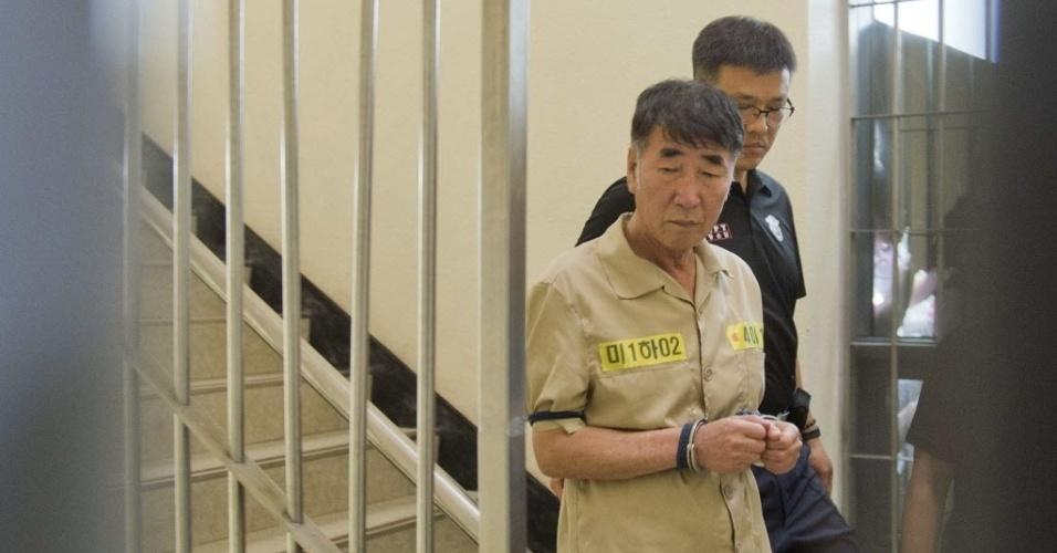 10.jun.2014 - Lee Joon-seok, capitão da balsa Sewol, chega ao tribunal em Gwangju, na Coreia do Sul, nesta terça-feira (10), para julgamento de 15 tripulantes, quatro deles acusados de homicídios, pelo naufrágio da balsa Sewol, que matou mais 300 pessoas em Seul, na Coreia do Sul, nesta terça-feira (10)