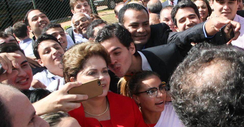 10.jun.2014 - Membro da juventude do PDT tenta dar beijo na presidente Dilma Rousseff em selfie na saída da convenção nacional do partido, nesta terça-feira (10). O PDT oficializou apoio à reeleição da presidente. Na votação, nenhum convencional levantou o crachá quando questionado quem era contra a aliança com a presidente