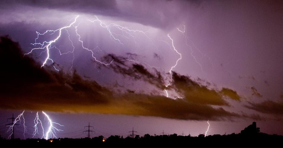 10.jun.2014 - Relâmpago risca o céu sobre Algermissen (Alemanha) nesta terça-feira (10). Violentas tempestades mataram pelo menos seis pessoas no oeste do país durante a noite de segunda, derrubando árvores e interrompendo ruas e trilhos, afirmam as autoridades