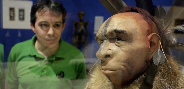 Visitante olha reprodução de face de um homem de Neanderthal que teria vivido na terra há 50 mil anos atrás