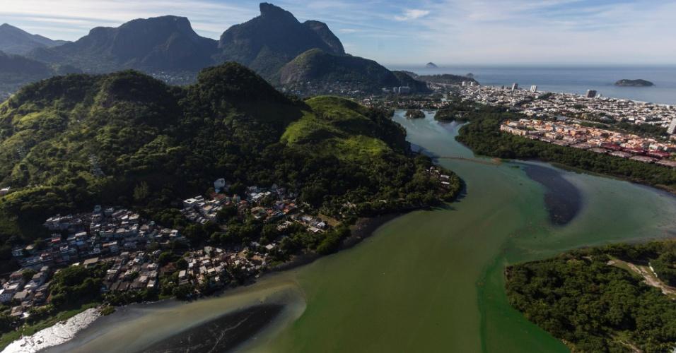 14.mai.2014 -Baía de Guanabara, no Rio de Janeiro, apresenta alto índice de poluição