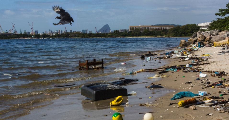 14.mai.2014 - Lixo se acumula à margem da Baía de Guanabara, no Rio de Janeiro