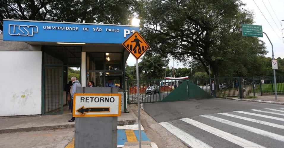 11.jun.2014 - Funcionários, professores e estudantes da USP, Unesp e Unicamp bloqueiam a entrada principal da USP (Universidade de São Paulo), na zona oeste de São Paulo na manhã desta quarta-feira