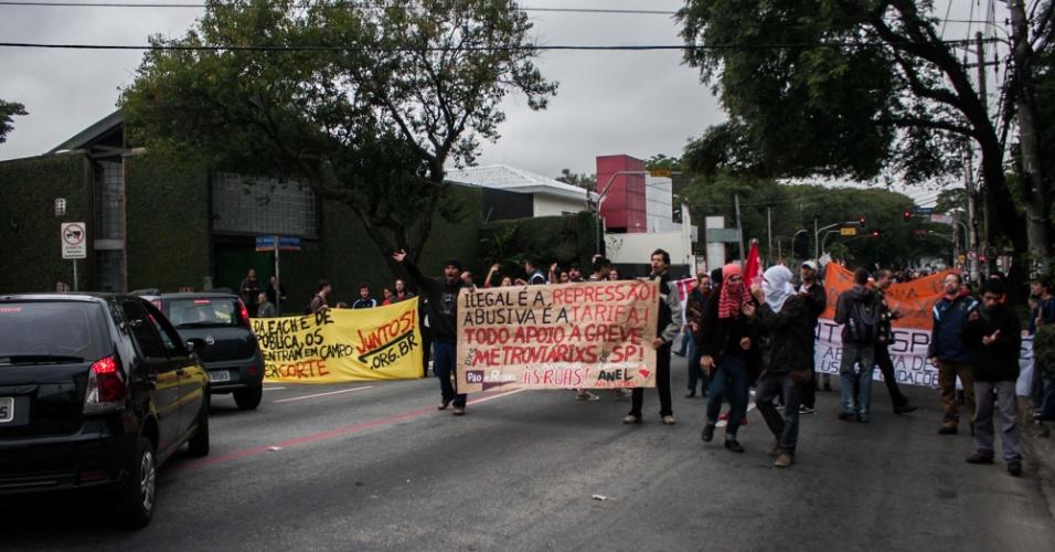 11.jun.2014 - Grevistas da USP, Unesp e Unicamp fecham rua Alvarenga, nas proximidades da Cidade Universitária em São Paulo