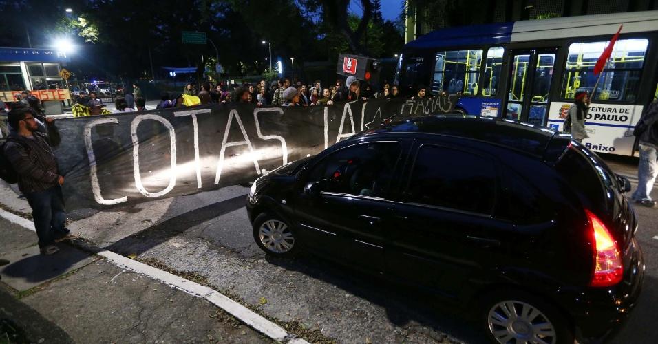 11.jun.2014 - Manifestantes bloqueiam portão principal da USP desde 6h30 desta quarta; eles declaram apoio à greve dos metroviários