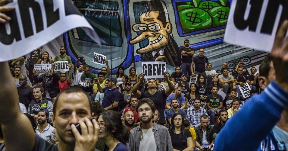7.jun.2014 - Metroviários em greve participam de assembleia em São Paulo