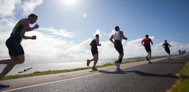 Corredores participam de maratona nos Estados Unidos: mover ou não mover os braços, eis a questão - Getty Images