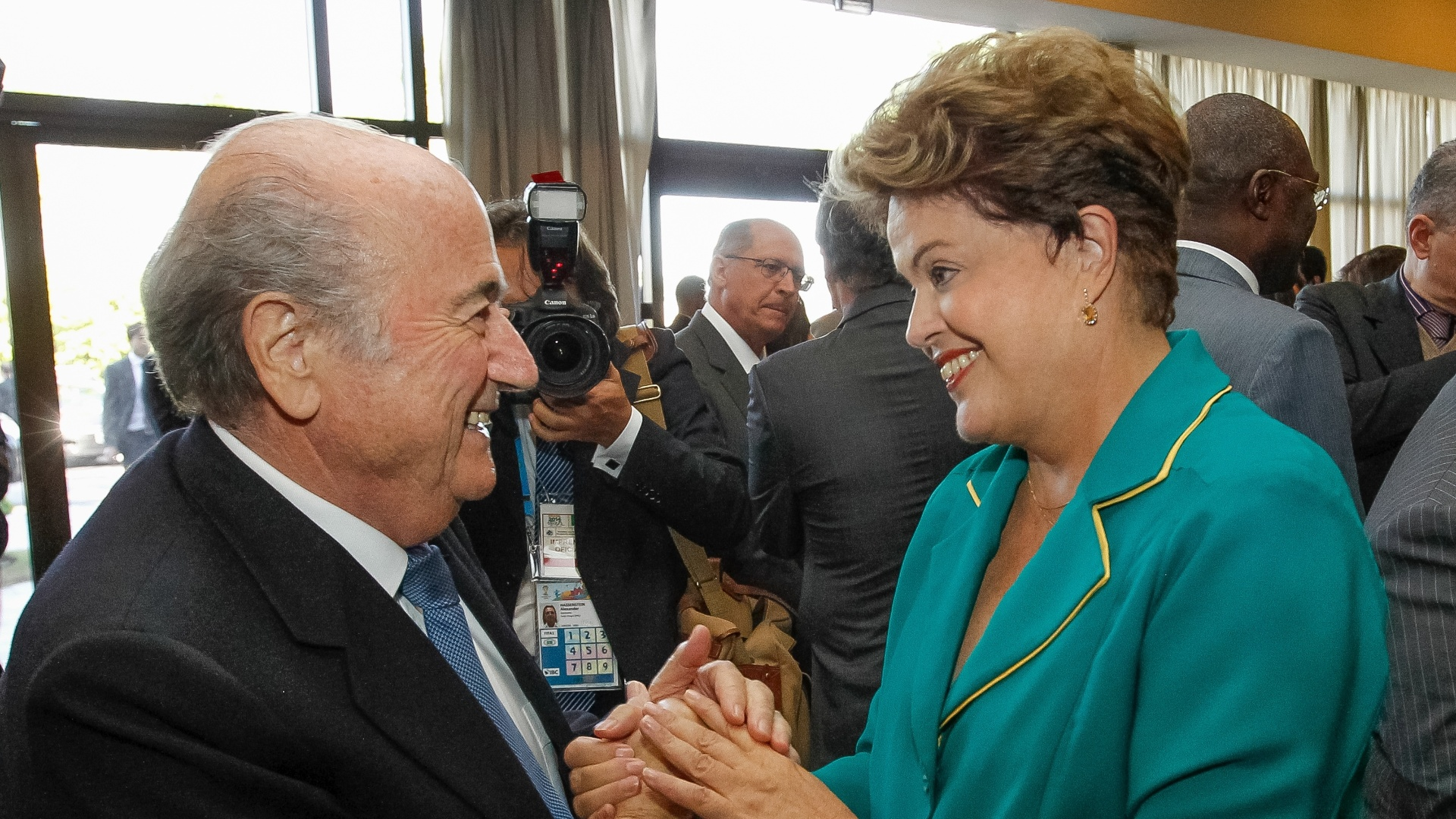 12.jun.2014 - A presidente Dilma Rousseff cumprimenta o presidente da FIFA, Joseph Blatter, durante almoço oferecido aos Chefes de Estado antes da abertura da Copa do Mundo FIFA Brasil 2014, em São Paulo, nesta quinta-feira (12)