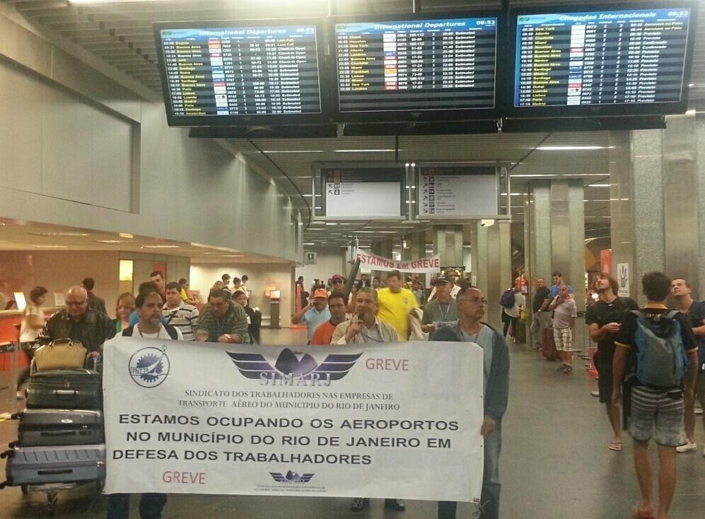 12.jun.2014 - Aeroviários do Simarj (Sindicato Municipal dos Aeroviários do Rio de Janeiro) realizam manifestação dentro do terminal 1 do aeroporto do Galeão, na zona norte da capital fluminense, na manhã desta quinta-feira (12). Os trabalhadores iniciaram uma paralisação de 24 horas da categoria